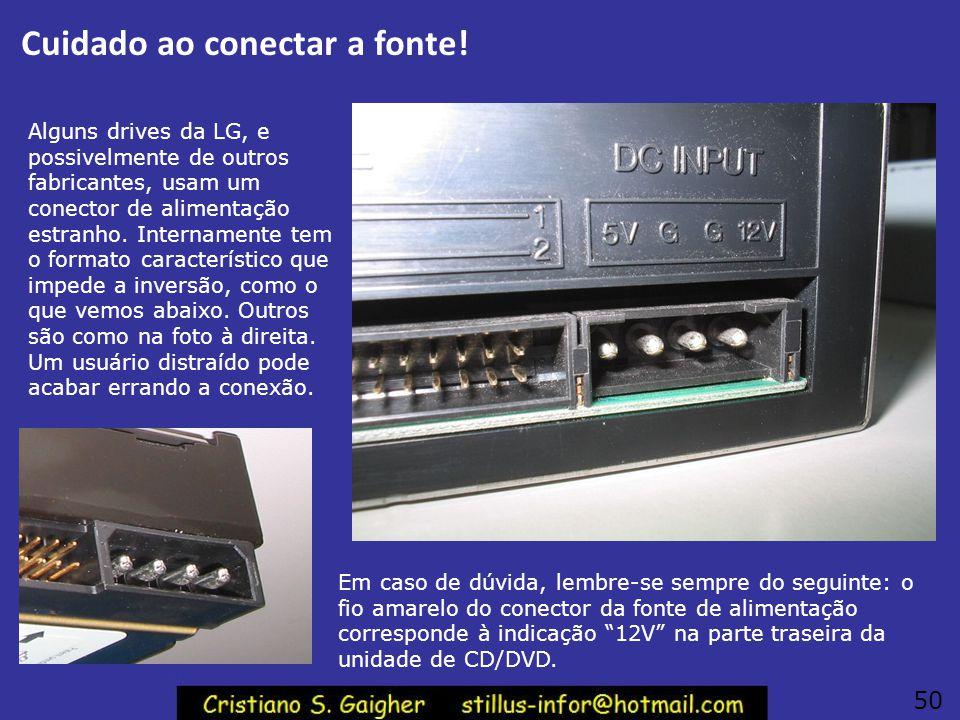 Ligar na fonte de alimentação Ligue as duas unidades de CD/DVD na fonte de alimentação. Preste atenção, este conector só encaixa de forma correta, mas