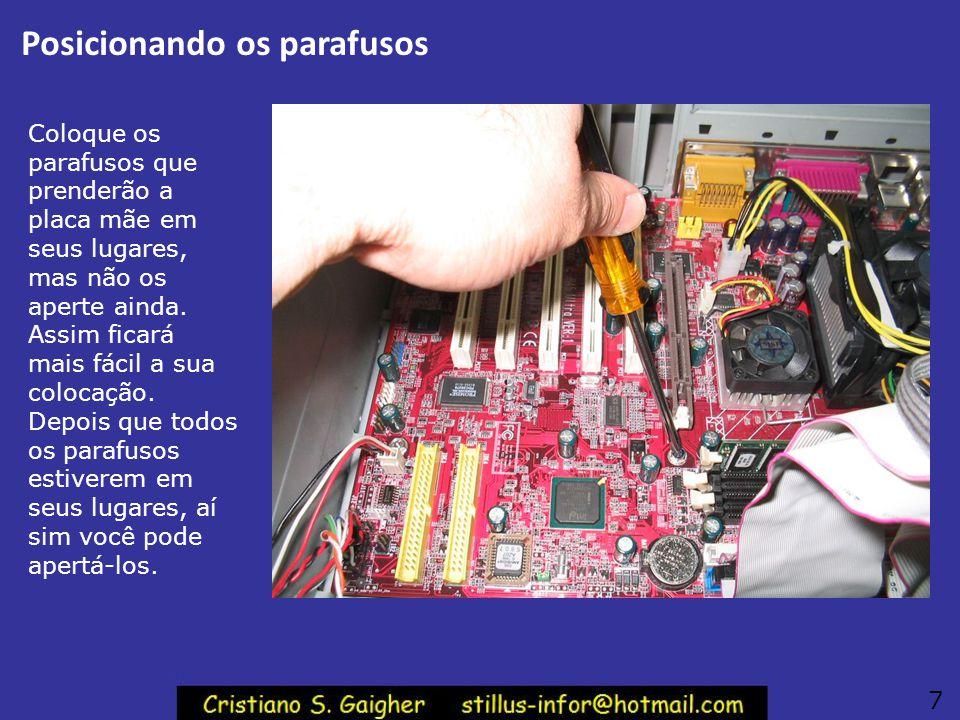 Chave philips magnetizada Se você não tem a pinça, pode segurar parafusos usando uma chave philips magnetizada. Para magnetizá-la basta encostá-la no