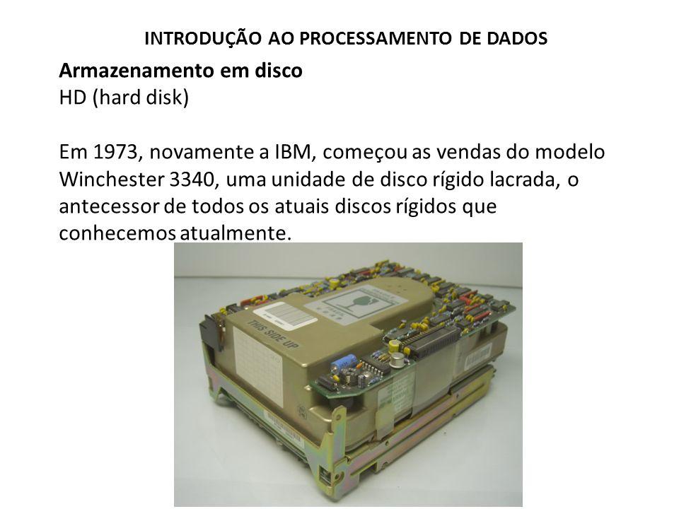 Armazenamento em disco HD (hard disk) Em 1973, novamente a IBM, começou as vendas do modelo Winchester 3340, uma unidade de disco rígido lacrada, o an