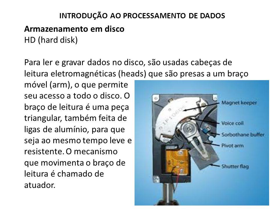 Armazenamento em disco HD (hard disk) Para ler e gravar dados no disco, são usadas cabeças de leitura eletromagnéticas (heads) que são presas a um bra