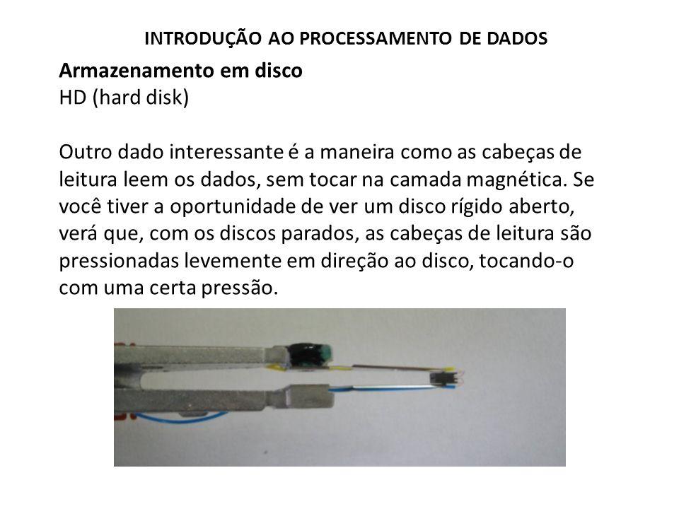 Armazenamento em disco HD (hard disk) Apesar disso, quando os discos giram à alta rotação, forma- se uma espécie de colchão de ar, que repele a cabeça de leitura, fazendo com que ela fique sempre a alguns nanômetros de distância dos discos.