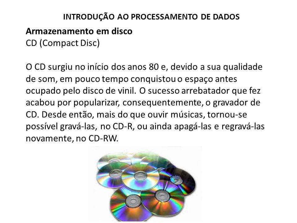 Armazenamento em disco CD (Compact Disc) O CD surgiu no início dos anos 80 e, devido a sua qualidade de som, em pouco tempo conquistou o espaço antes