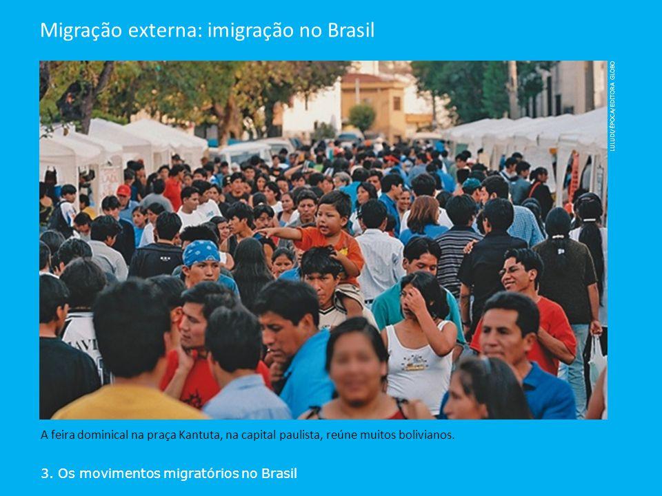 3. Os movimentos migratórios no Brasil Migração externa: imigração no Brasil A feira dominical na praça Kantuta, na capital paulista, reúne muitos bol