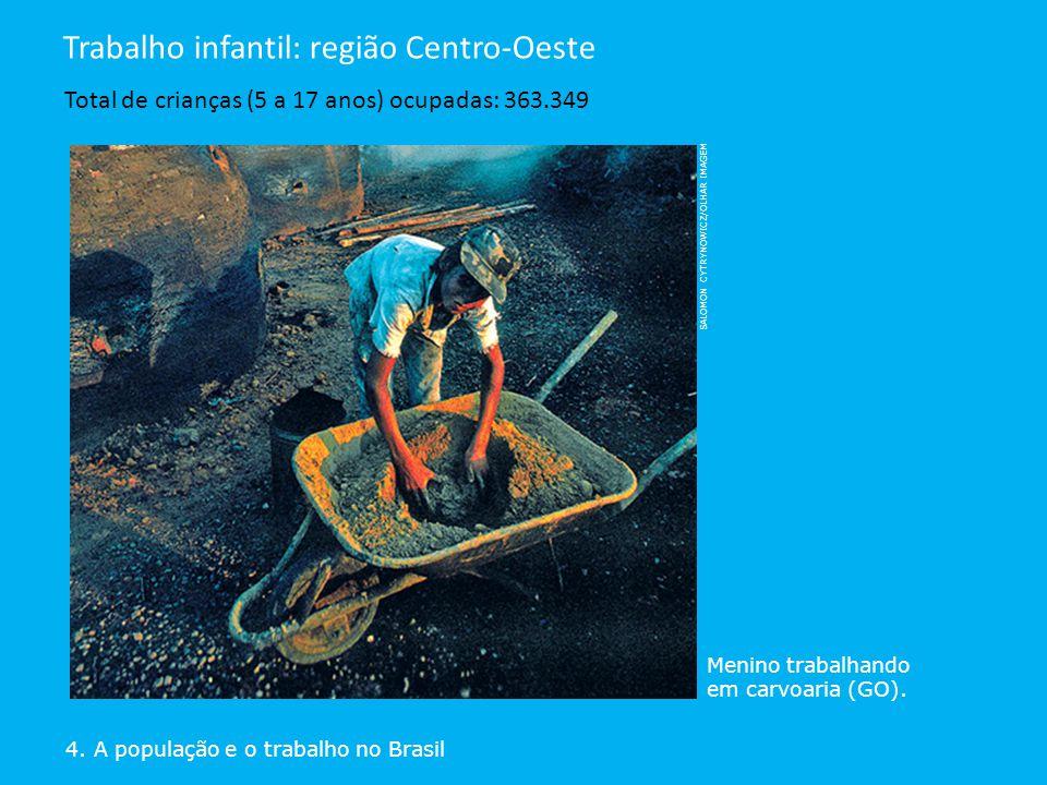 4. A população e o trabalho no Brasil Trabalho infantil: região Centro-Oeste Total de crianças (5 a 17 anos) ocupadas: 363.349 Menino trabalhando em c