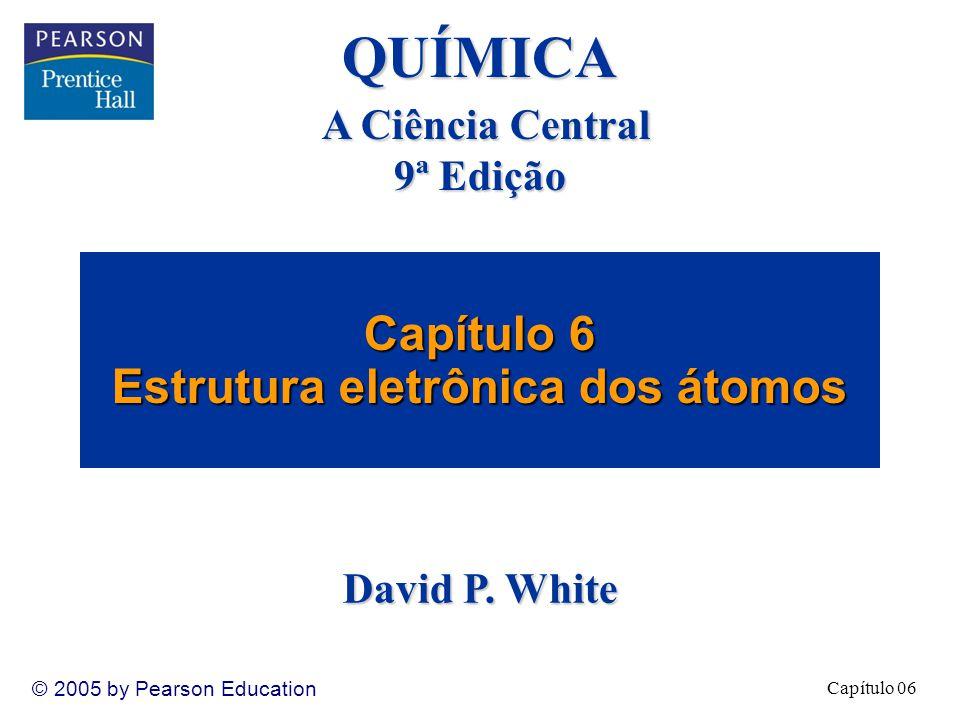 Capítulo 06 © 2005 by Pearson Education Spin eletrônico e o princípio da exclusão de Pauli Átomos polieletrônicos
