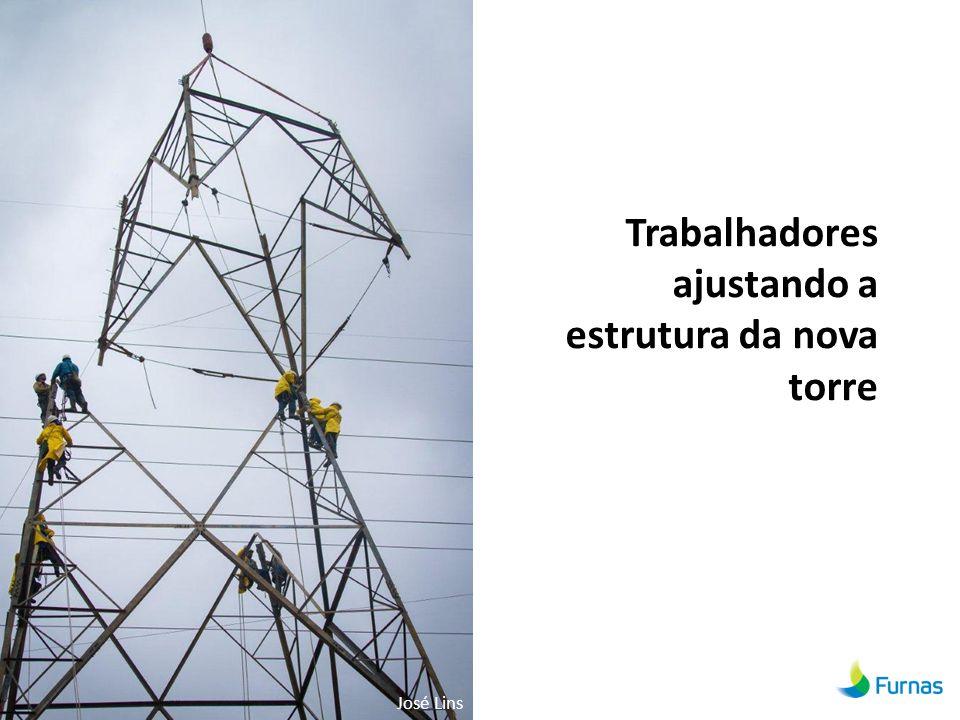 Trabalhadores ajustando a estrutura da nova torre José Lins
