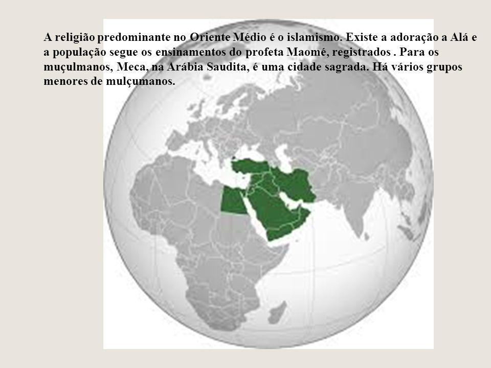 A religião predominante no Oriente Médio é o islamismo. Existe a adoração a Alá e a população segue os ensinamentos do profeta Maomé, registrados. Par