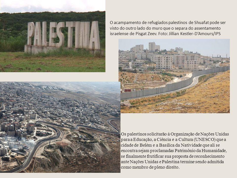 O acampamento de refugiados palestinos de Shuafat pode ser visto do outro lado do muro que o separa do assentamento israelense de Pisgat Zeev.