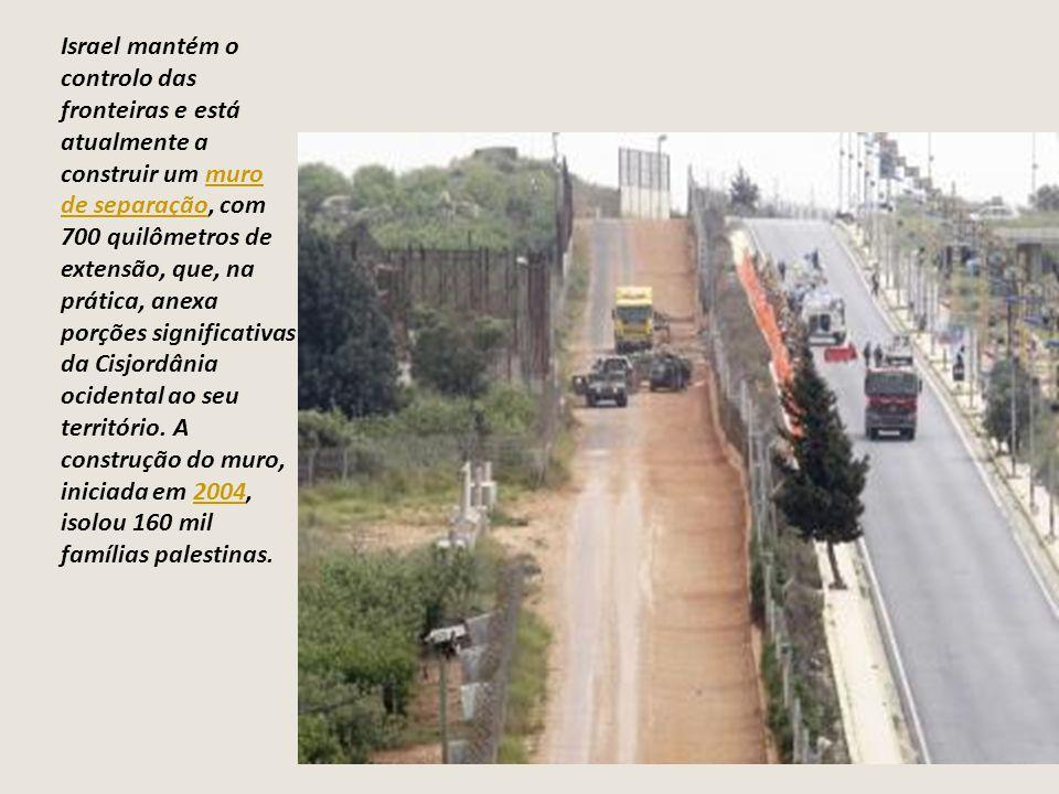 Israel mantém o controlo das fronteiras e está atualmente a construir um muro de separação, com 700 quilômetros de extensão, que, na prática, anexa po