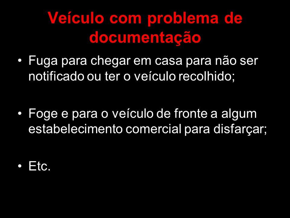 Veículo com problema de documentação Fuga para chegar em casa para não ser notificado ou ter o veículo recolhido; Foge e para o veículo de fronte a al