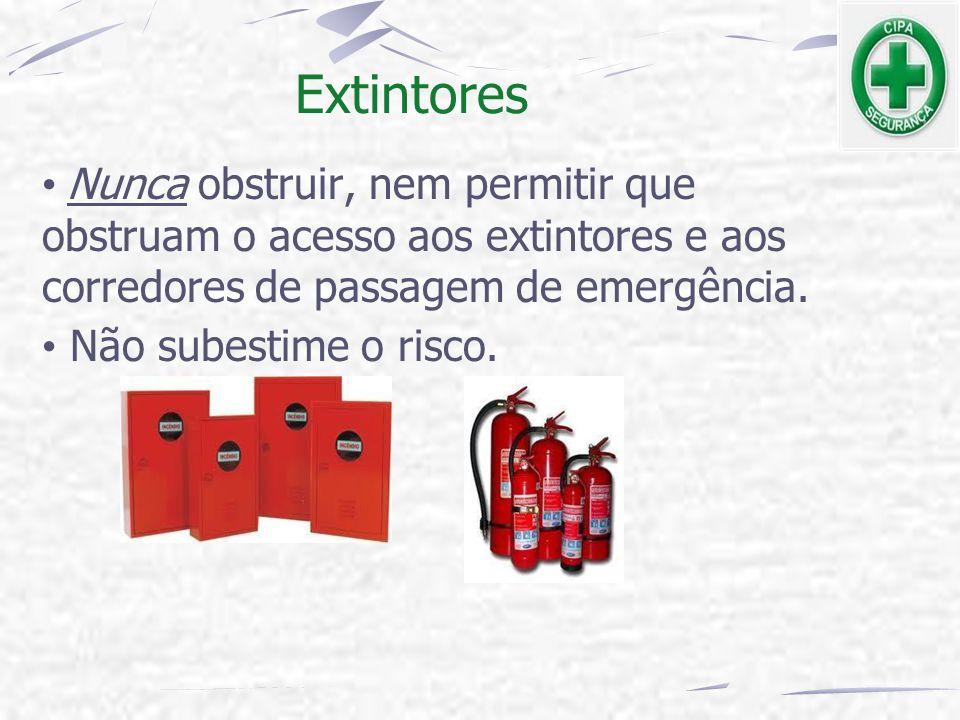 Nunca obstruir, nem permitir que obstruam o acesso aos extintores e aos corredores de passagem de emergência. Não subestime o risco. Extintores