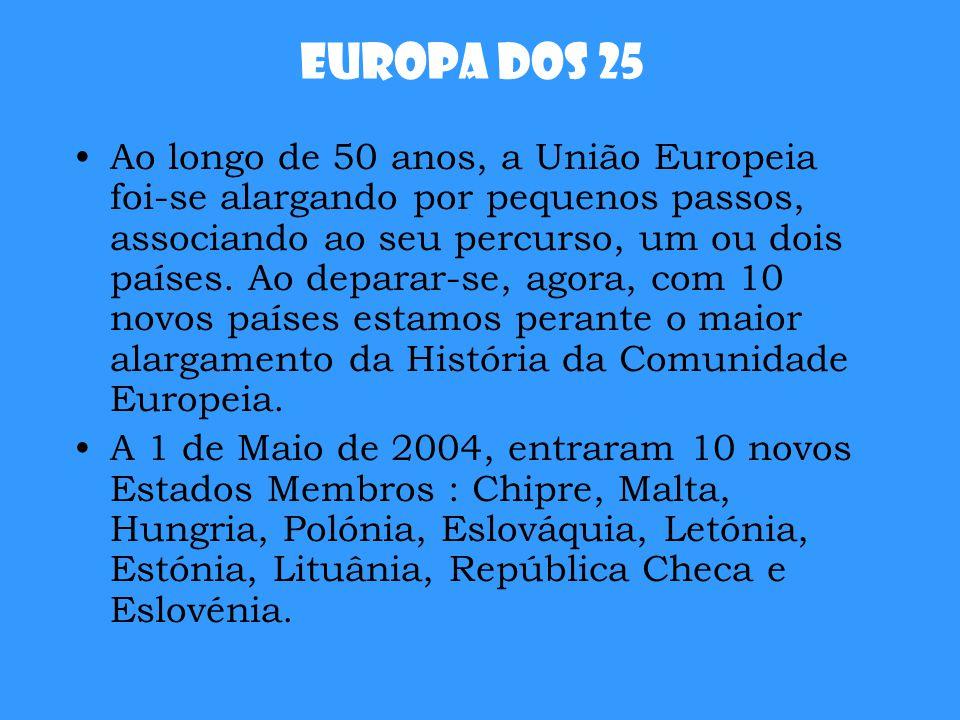 Europa dos 25 Ao longo de 50 anos, a União Europeia foi-se alargando por pequenos passos, associando ao seu percurso, um ou dois países. Ao deparar-se