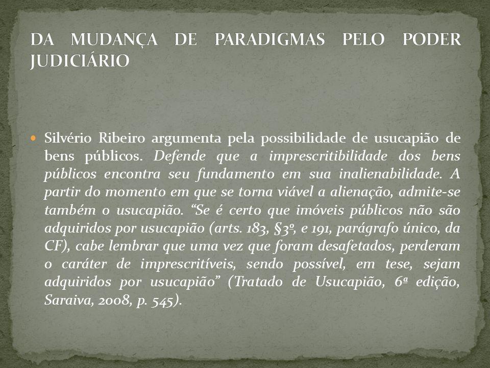 Silvério Ribeiro argumenta pela possibilidade de usucapião de bens públicos. Defende que a imprescritibilidade dos bens públicos encontra seu fundamen