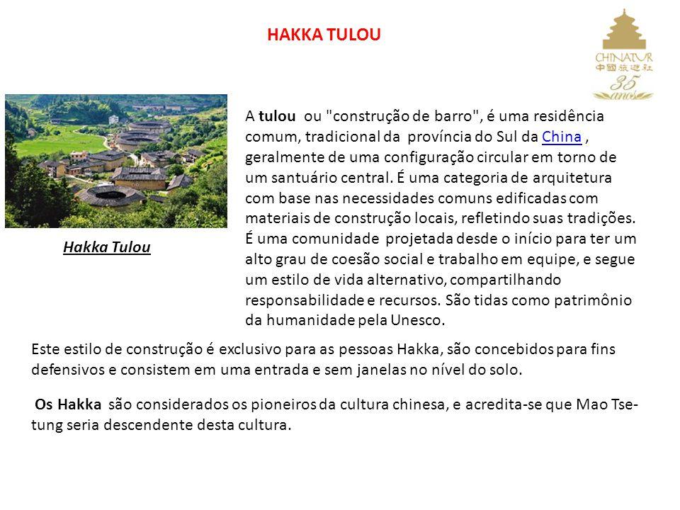 HAKKA TULOU Hakka Tulou A tulou ou construção de barro , é uma residência comum, tradicional da província do Sul da China, geralmente de uma configuração circular em torno de um santuário central.