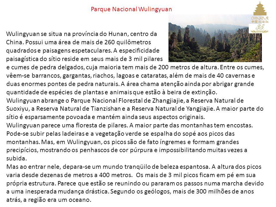 Parque Nacional Wulingyuan e cumes de pedra delgados, cuja maioria tem mais de 200 metros de altura. Entre os cumes, vêem-se barrancos, gargantas, ria