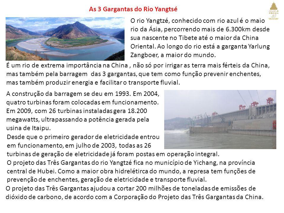 As 3 Gargantas do Rio Yangtsé O rio Yangtzé, conhecido com rio azul é o maio rio da Ásia, percorrendo mais de 6.300km desde sua nascente no Tibete até