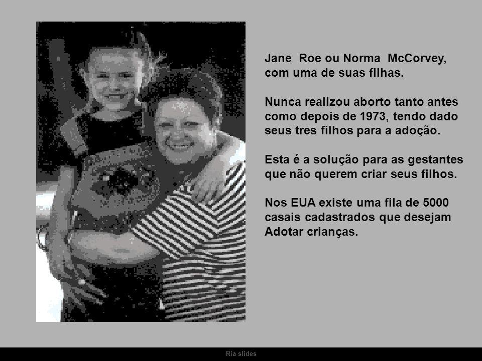 Ria slides Jane Roe ou Norma McCorvey, com uma de suas filhas. Nunca realizou aborto tanto antes como depois de 1973, tendo dado seus tres filhos para