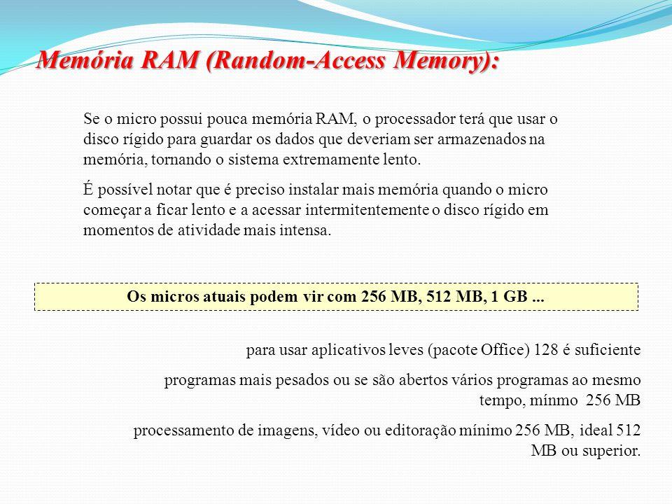 Acesso aleatório porque a CPU acessa a memória usando um endereço de memória, que é um número que indica uma posição no chip de memória. Assim, o comp