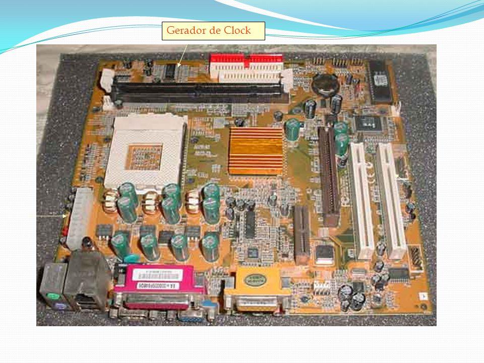 """Velocidade do Clock Dentro do computador os eventos ocorrem em um passo controlado por um minúsculo """"baterista"""" eletrônico denominado clock do sistema"""