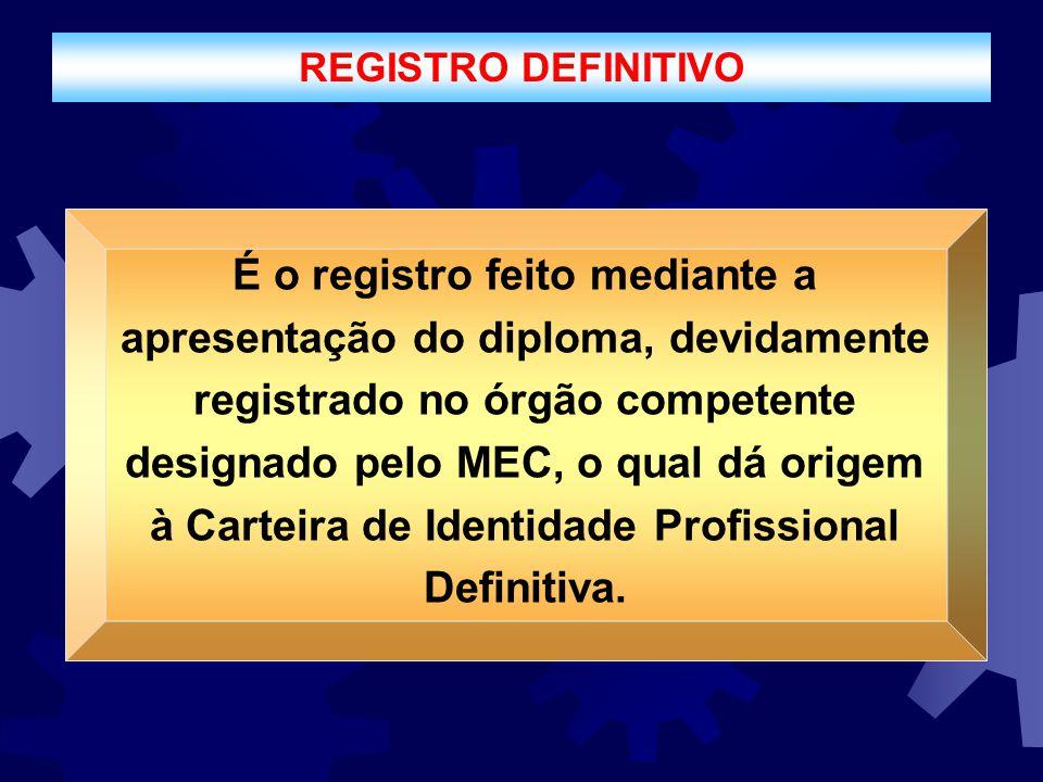 REGISTRO DEFINITIVO É o registro feito mediante a apresentação do diploma, devidamente registrado no órgão competente designado pelo MEC, o qual dá or