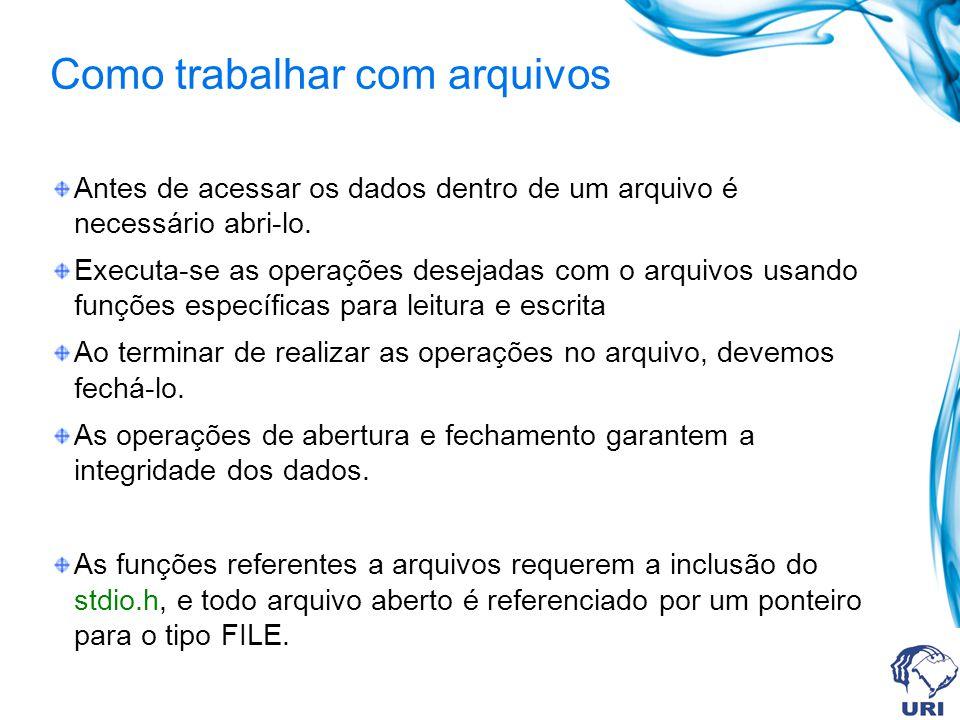 Como trabalhar com arquivos Antes de acessar os dados dentro de um arquivo é necessário abri-lo. Executa-se as operações desejadas com o arquivos usan
