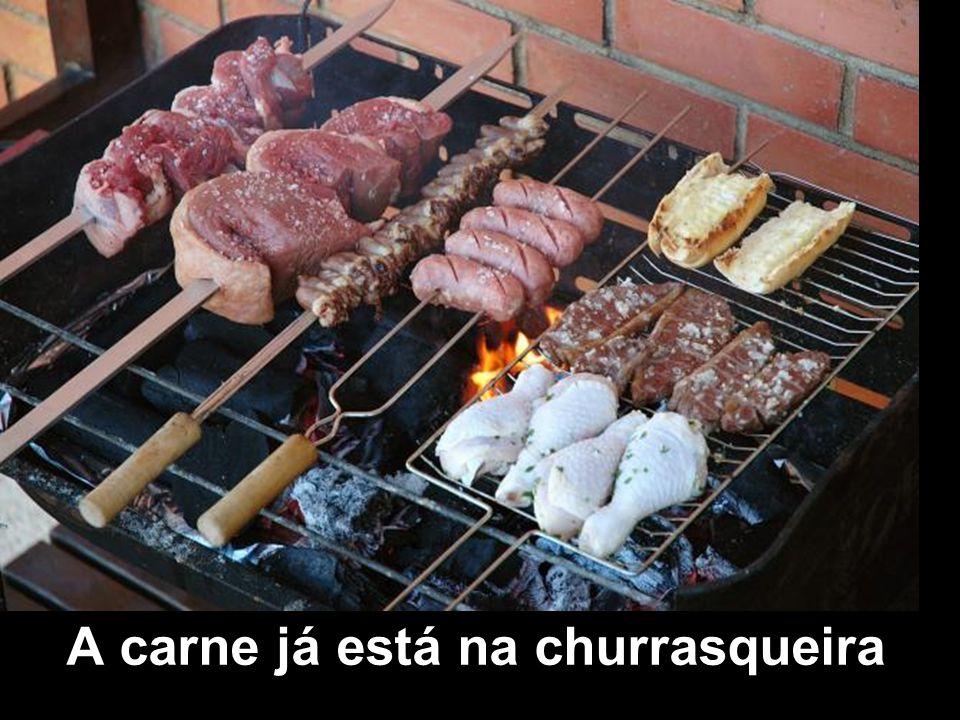 A carne já está na churrasqueira