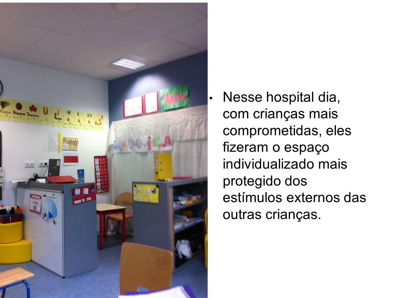 Nesse hospital dia, com crianças mais comprometidas, eles fizeram o espaço individualizado mais protegido dos estímulos externos das outras crianças.