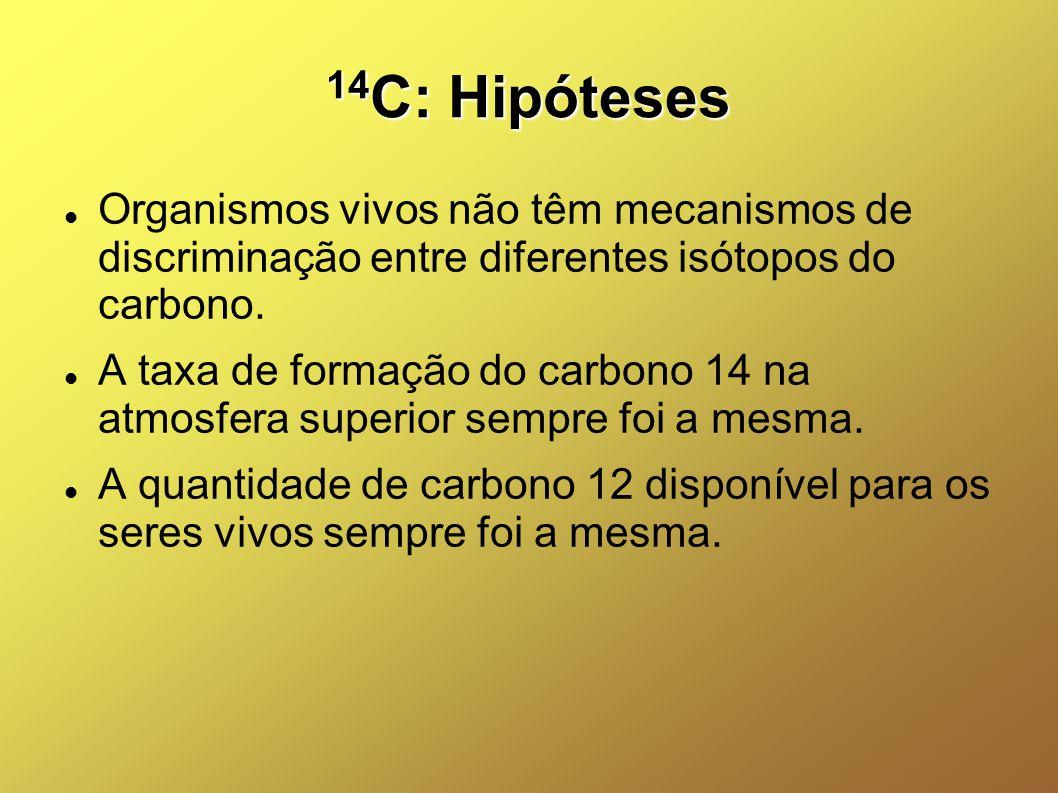 14 C: Hipóteses Organismos vivos não têm mecanismos de discriminação entre diferentes isótopos do carbono. A taxa de formação do carbono 14 na atmosfe