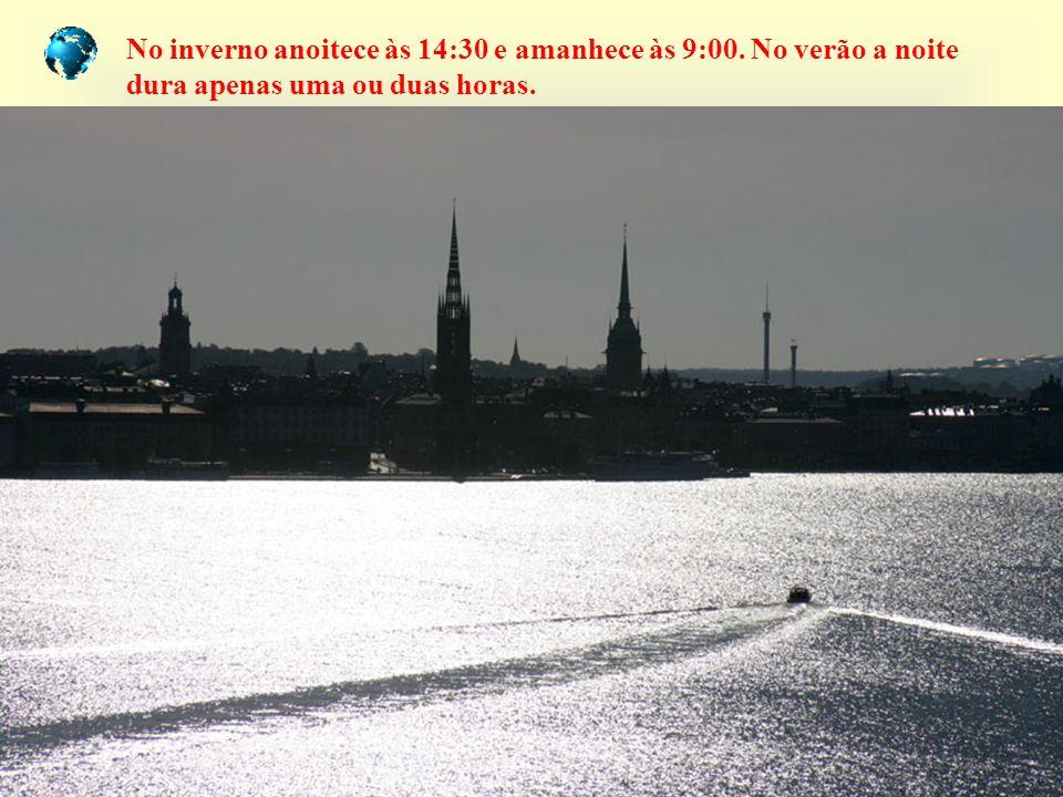 No inverno anoitece às 14:30 e amanhece às 9:00. No verão a noite dura apenas uma ou duas horas.