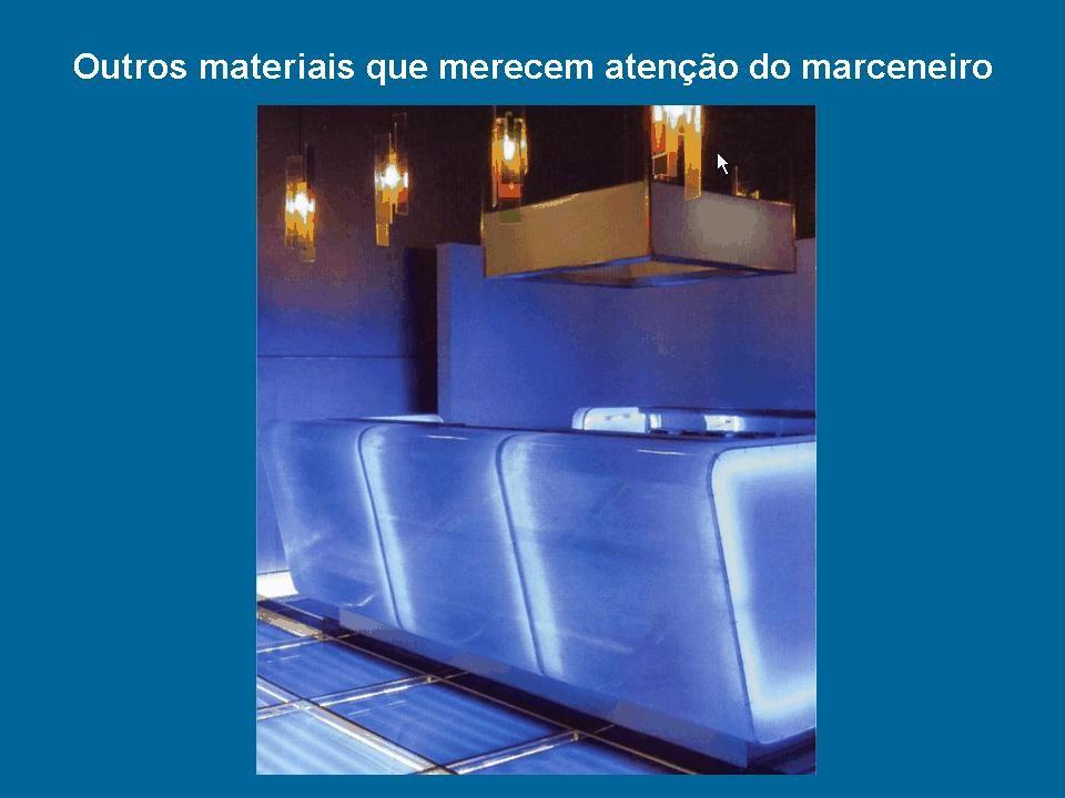 Acrílico As chapas de acrílico, também conhecidas como metil metacrilato de metila, são largamente utilizadas na indústria de móveis e design devido à sua durabilidade e transparência.