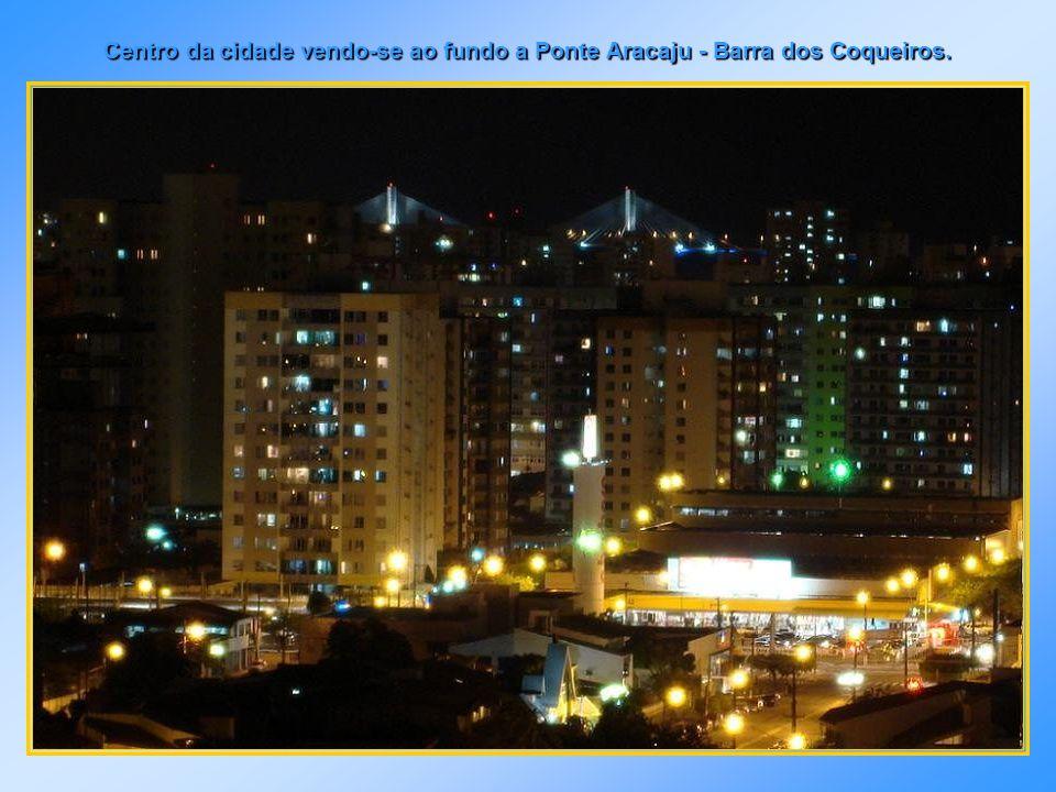 Vista noturna do estuário do Rio Sergipe e centro da cidade