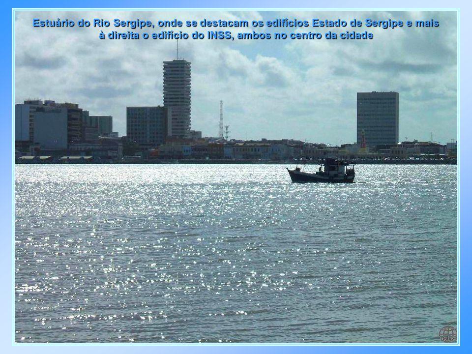 Av. Deputado Silvio Teixeira no Bairro Jardins, vendo-se à esquerda o Parque da Sementeira a ao alto parte da Lagoa do Apicum