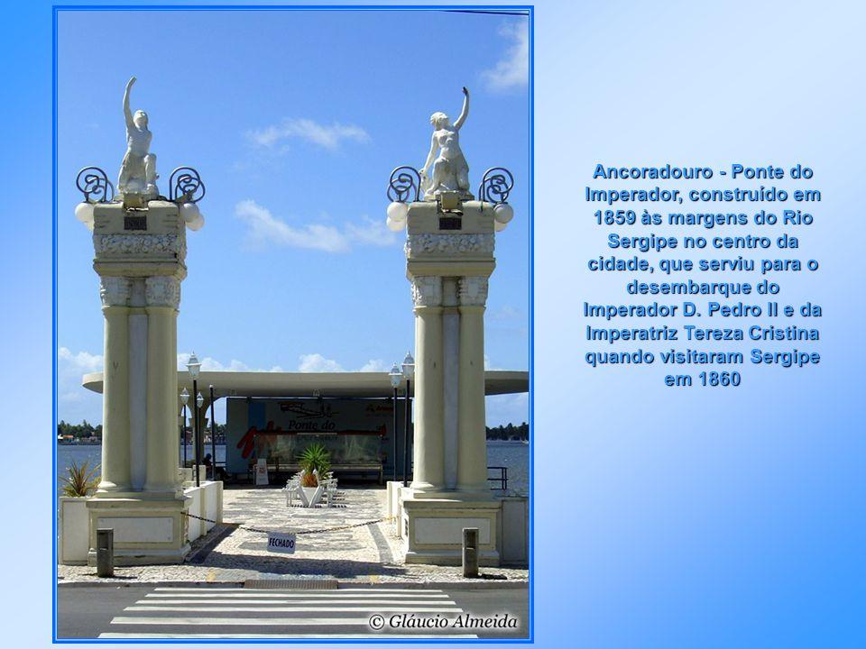 Estuário do Rio Sergipe, onde se destacam os edifícios Estado de Sergipe e mais à direita o edifício do INSS, ambos no centro da cidade