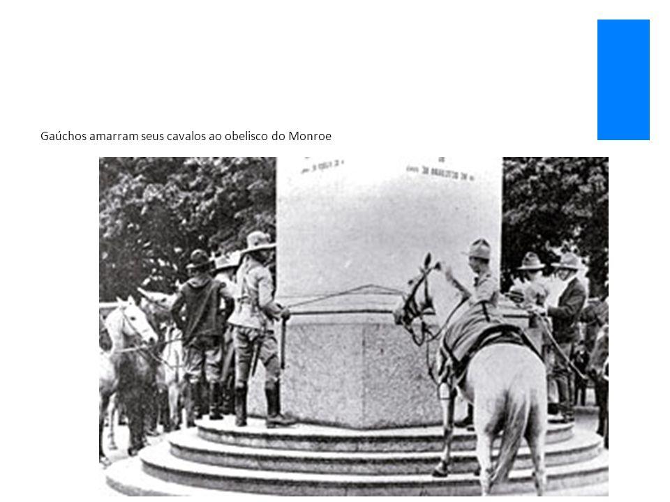 Gaúchos amarram seus cavalos ao obelisco do Monroe