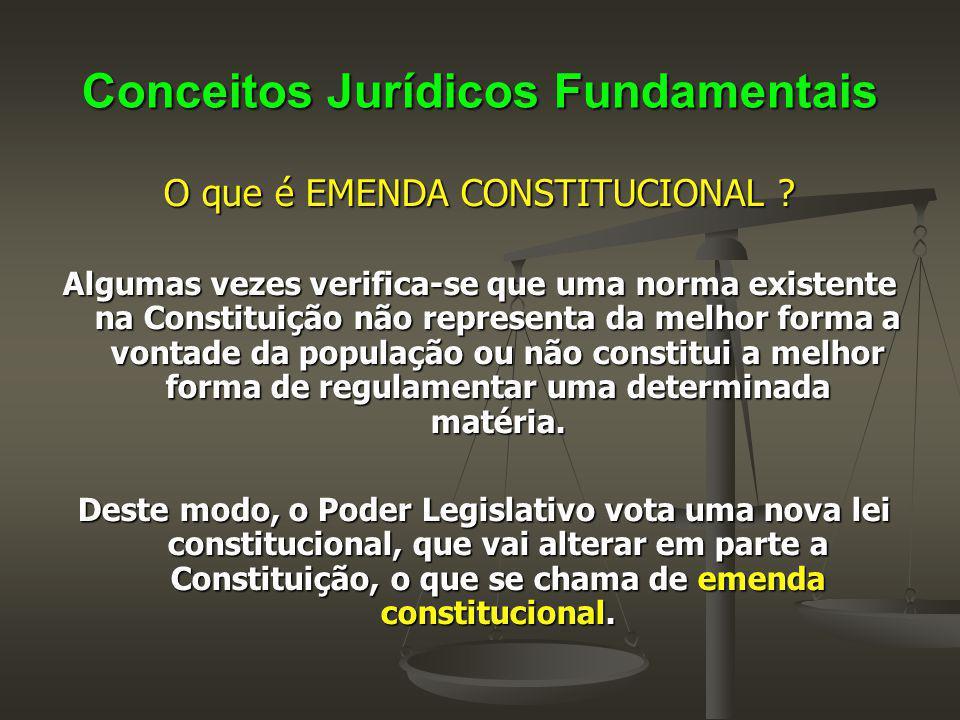 Conceitos Jurídicos Fundamentais O que é EMENDA CONSTITUCIONAL ? Algumas vezes verifica-se que uma norma existente na Constituição não representa da m