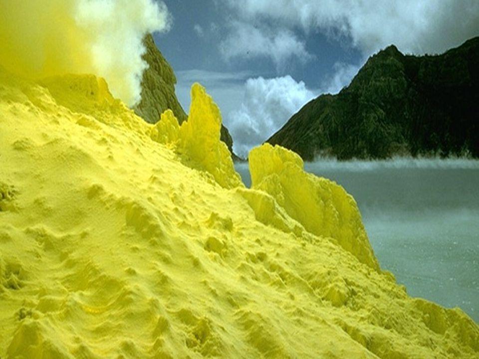 Propriedades e usos  Enxofre: amarelo, sem sabor e quase inodoro;  Insolúvel em água;  Usado na fabricação de ácido sulfúrico;  Usado para vulcanizar a borracha;  Selênio: usado nas células fotoelétricas, medidores de luz e nas fotocopiadoras.