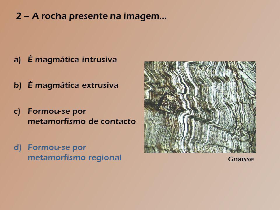 1 – Relativamente à rocha presente na imagem, podes afirmar que… a)É sedimentar, apresentando aspecto homogéneo b)É sedimentar, tendo sido formada a elevadas pressões c)É sedimentar, sendo formada por sedimentos de grandes dimensões d)É sedimentar, tendo sofrido recristalização