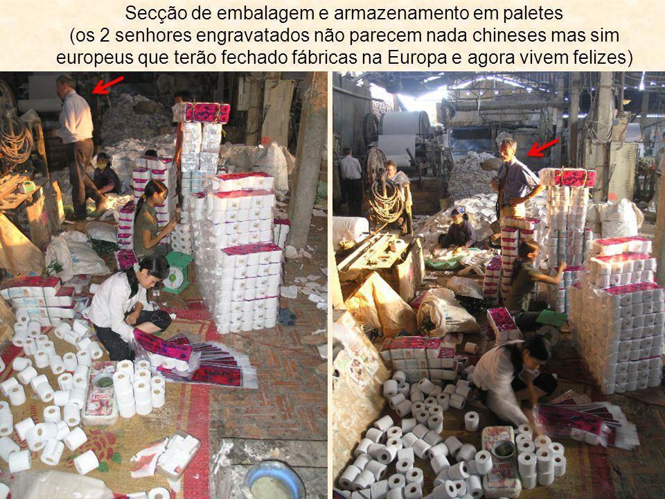 Secção de embalagem e armazenamento em paletes (os 2 senhores engravatados não parecem nada chineses mas sim europeus que terão fechado fábricas na Eu