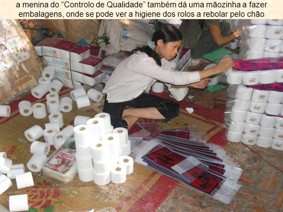 """a menina do """"Controlo de Qualidade"""" também dá uma mãozinha a fazer embalagens, onde se pode ver a higiene dos rolos a rebolar pelo chão"""