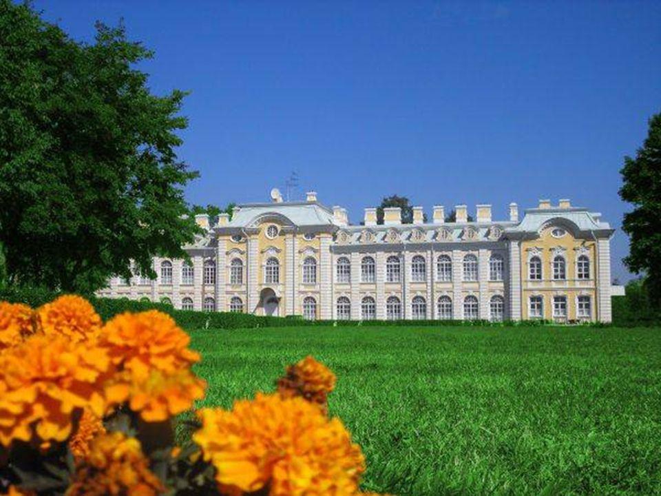 Edificado a 30 quilómetros do centro de São Petersburgo, Peterhof é um dos conjuntos de palácios e parques mais refinados e elegantes do mundo.