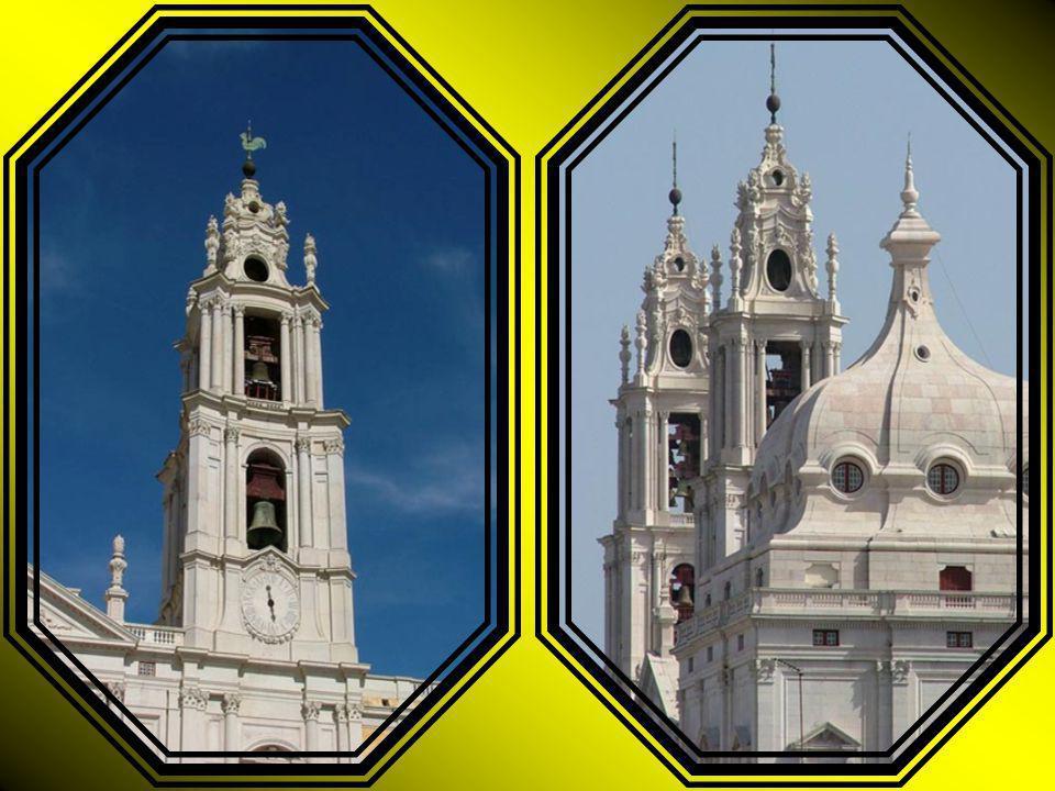 A Basílica, ponto principal de uma longa fachada, está ladeada por dois torreões.