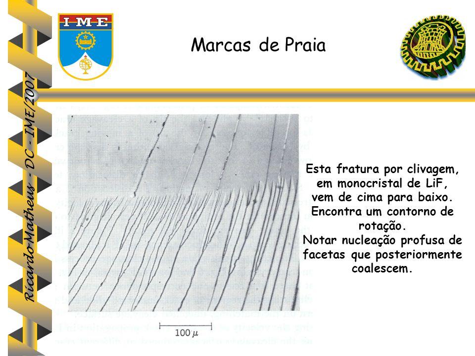 Ricardo Matheus - DC - IME/2007 Marcas de Praia Esta fratura por clivagem, em monocristal de LiF, vem de cima para baixo. Encontra um contorno de rota