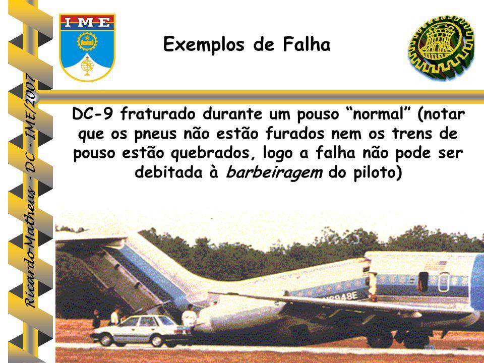 """Ricardo Matheus - DC - IME/2007 Exemplos de Falha DC-9 fraturado durante um pouso """"normal"""" (notar que os pneus não estão furados nem os trens de pouso"""