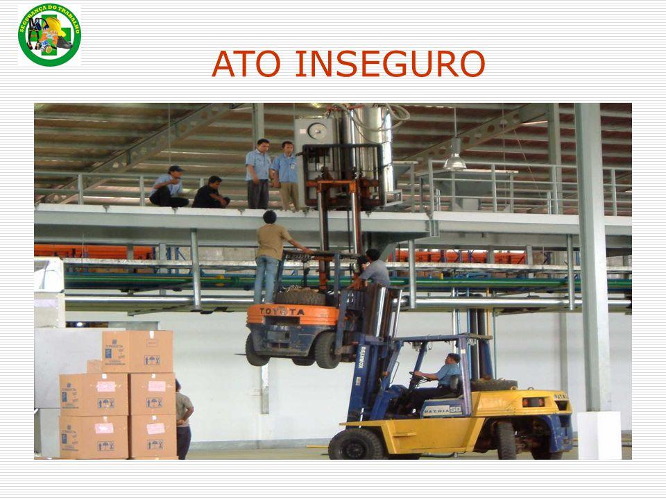 Quando a carga estiver sobre a pilha, colocar o mastro na posição vertical e baixá-la; Quando a carga estiver empilhada com segurança, baixar os garfos até soltá-los do palete e recolhê-los.