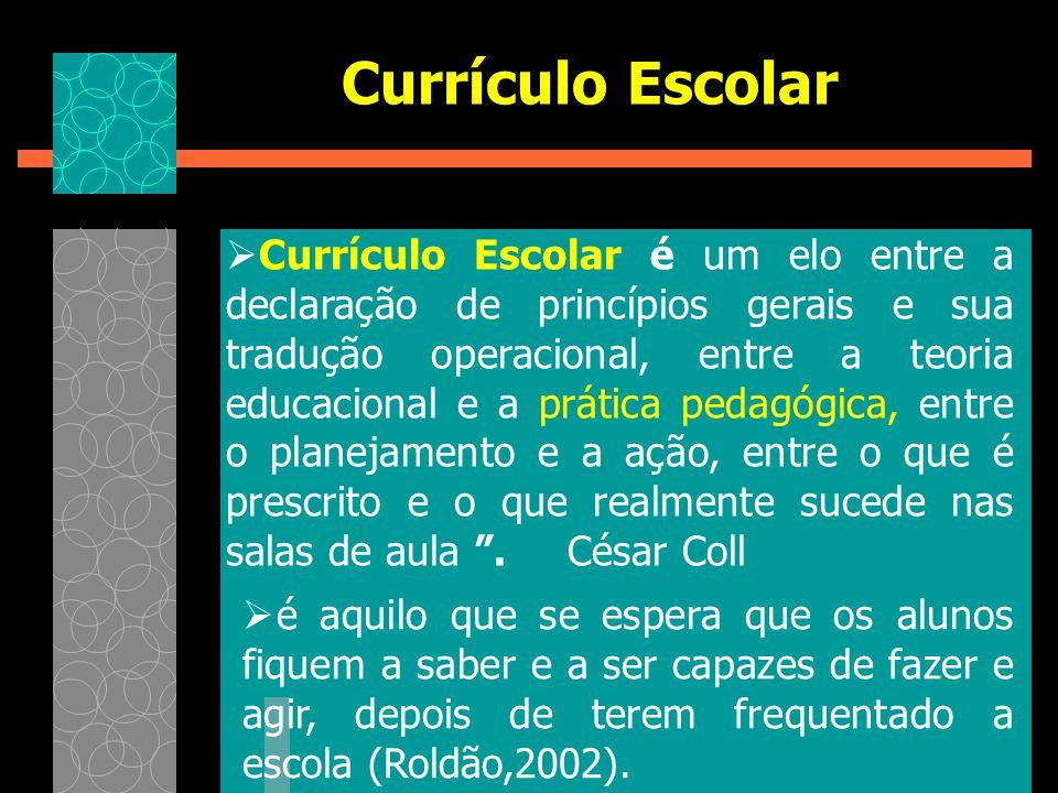  Currículo Escolar é um elo entre a declaração de princípios gerais e sua tradução operacional, entre a teoria educacional e a prática pedagógica, en
