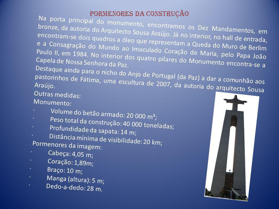 Pormenores da construção Na porta principal do monumento, encontramos os Dez Mandamentos, em bronze, da autoria do Arquitecto Sousa Araújo. Já no inte