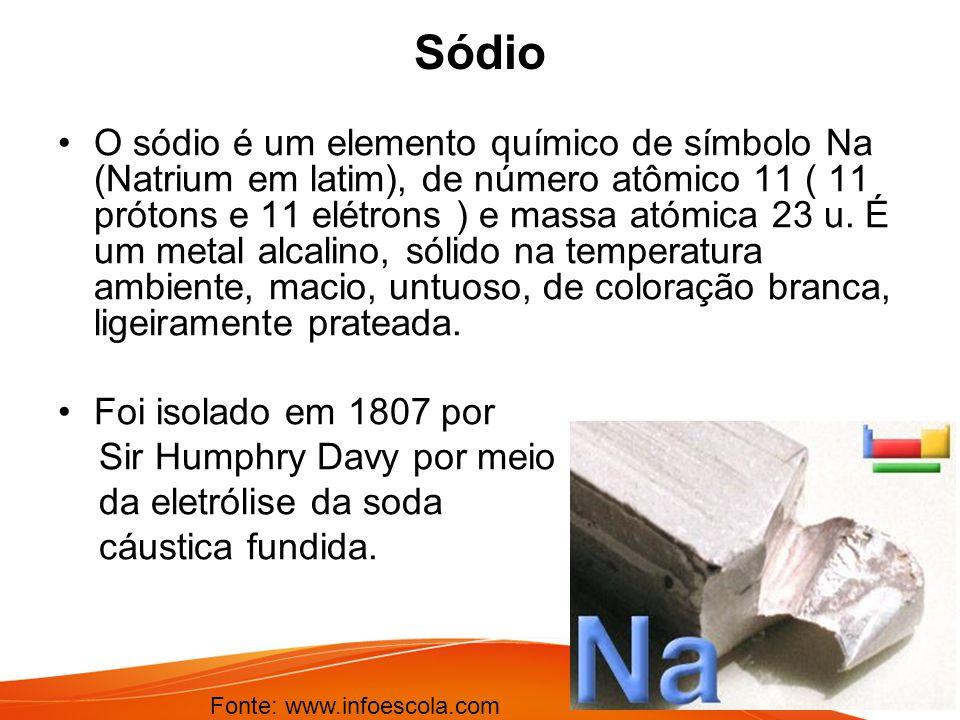 Sódio O sódio é um elemento químico de símbolo Na (Natrium em latim), de número atômico 11 ( 11 prótons e 11 elétrons ) e massa atómica 23 u. É um met