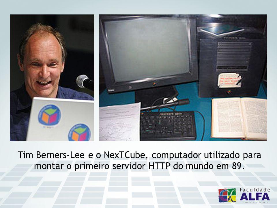 Tim Berners-Lee e o NexTCube, computador utilizado para montar o primeiro servidor HTTP do mundo em 89.