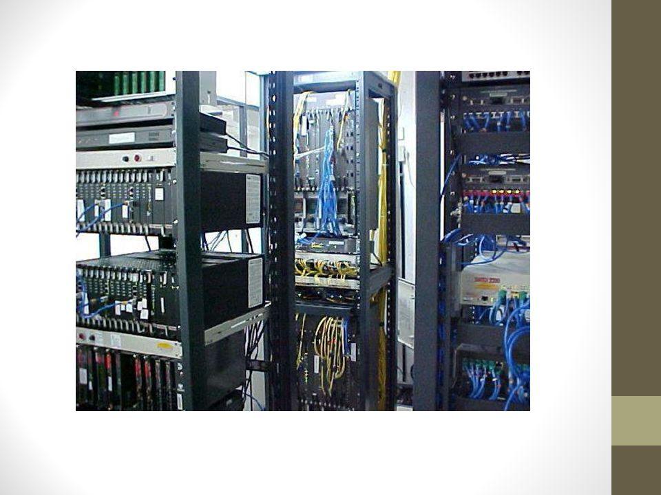 Roteadores (Camada Rede) Os roteadores são responsáveis pelo roteamento dos pacotes entre redes locais (LAN's) e redes de longa distância (WAN's); Realizam o roteamento baseado em endereços IP's, e utilizam protocolos de roteamento (RIP, OSPF, BGP) para escolha do melhor caminho; É importante notar que o papel do roteador é interligar redes diferentes (redes independentes), enquanto que papel dos repetidores, hubs, pontes e switches são de interligar segmentos pertencentes a uma mesma rede.