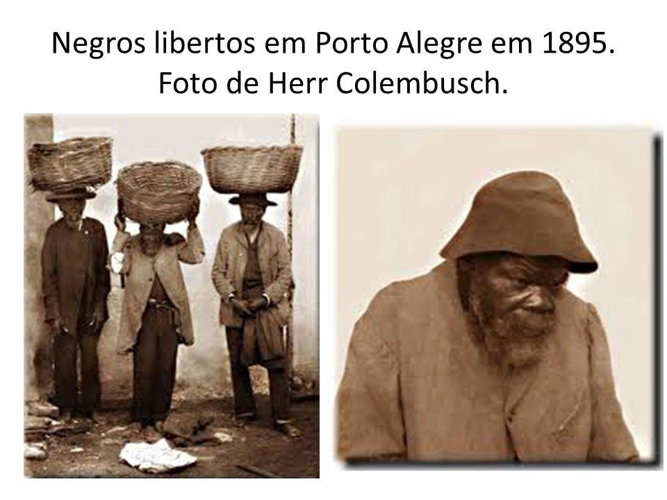 Negros libertos em Porto Alegre em 1895. Foto de Herr Colembusch.
